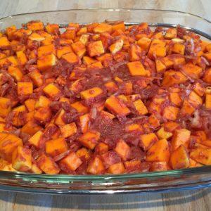 Disposez les courges butternut, les oignons, l'ail, les herbes, le coulis de tomate, le sel / poivre dans la cocotte