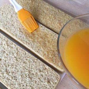 Etape 2 : imprégnez les biscuits du jus de passion