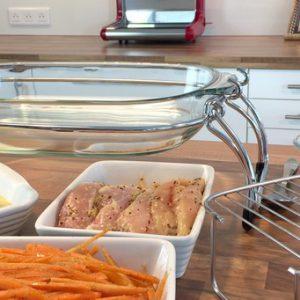 Répartissez le poulet, les carottes et le gâteau dans les plats