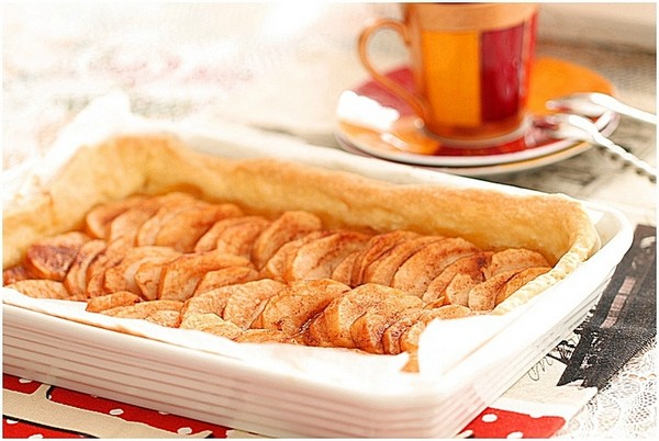 Une tarte aux pommes dorée à la cuisson vapeur douce