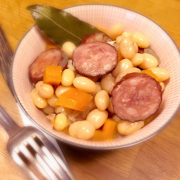 Les haricots coco aux saucisses fumées à L'Omnicuiseur