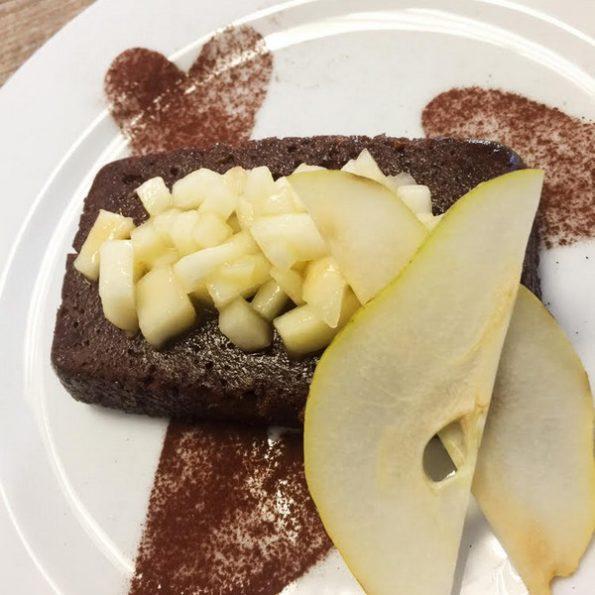 pudding brioché au cacao et tartare de poire au fruit de la passion