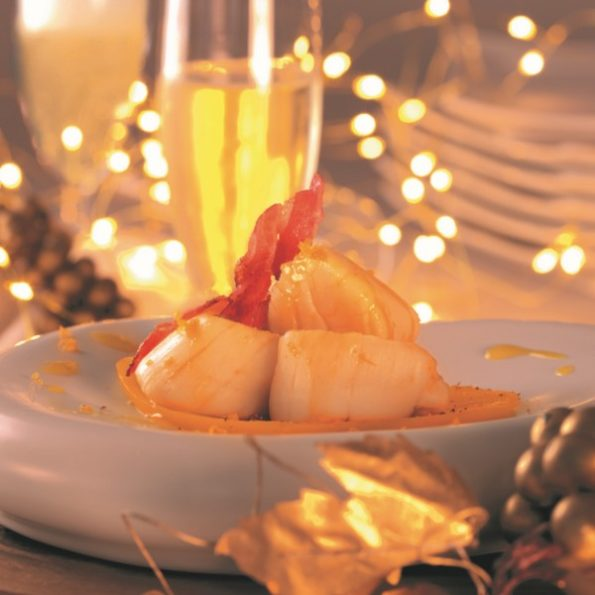 Une entrée de Noël avec des noix de Saint-Jacques à la vapeur